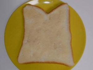 食パンにアーモンドバターをぬった画像