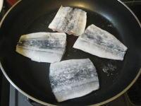フライパンで秋刀魚を焼いているところ