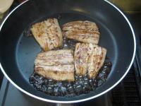 香ばしく焼いた秋刀魚にたれをかけて仕上げる