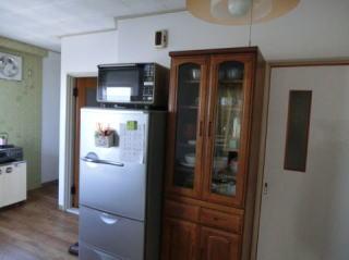 一人暮らしの冷蔵庫と食器棚