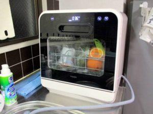 食洗機で食後の食器を洗っている画像