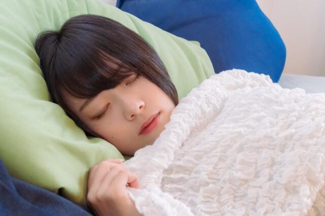 静かな部屋で眠っている女性