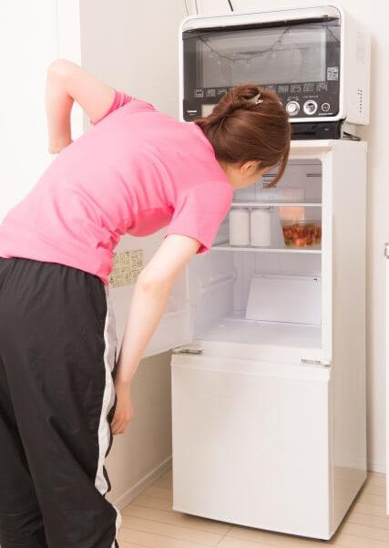 お風呂あがりに冷蔵庫をのぞきこむ女性