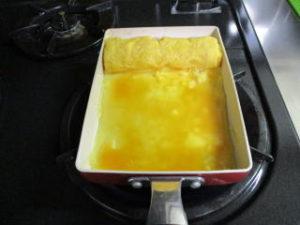 卵焼きを焼いている画像