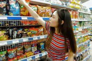 スーパーで買物する女性