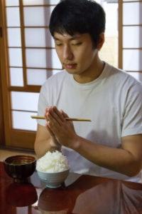 みそ汁とご飯を食べる男性