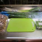 買ってきた野菜を刻む準備の画像