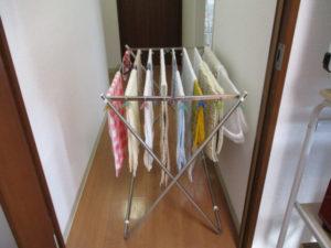 洗濯して、しわを伸ばしてタオル干し台にかけた洗濯物