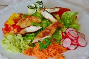 肉と野菜をバランス良く並べたサラダプレート