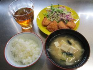 鶏むね肉で唐揚げ・具だくさんみそ汁とご飯【本日の昼ごはん】