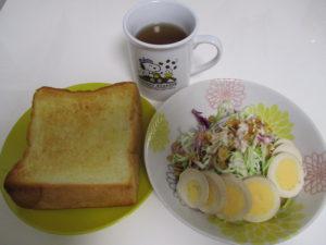厚切りトーストとサラダで朝ごはん
