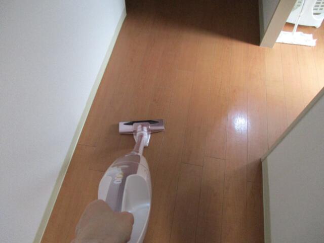 掃除機をかけている女性