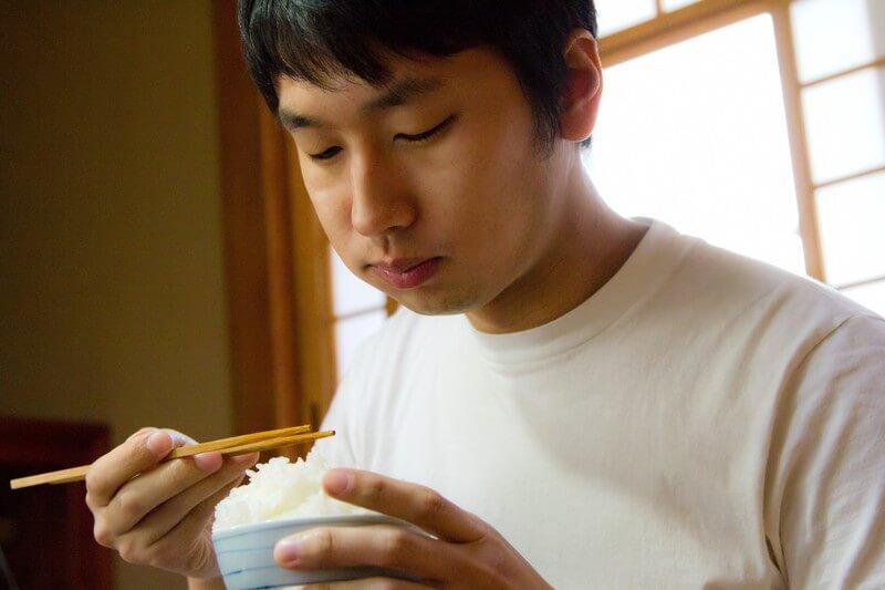 ごはんを食べているイケメン男性