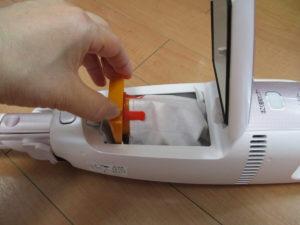 コードレス掃除機の紙パックを交換している画像