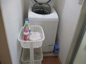 洗濯機の近くに洗剤を置く