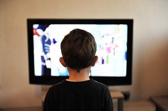 テレビに夢中な少年
