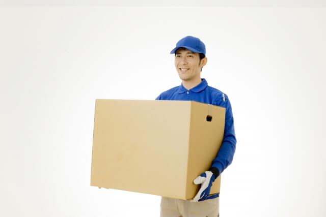 荷物を運ぶ引越し業者