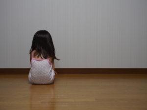 母親に怒られて落ち込む少女