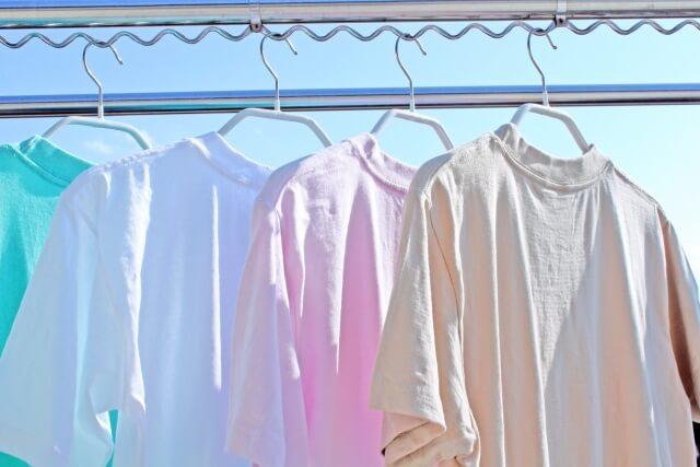 晴れた日に洗濯物を干す