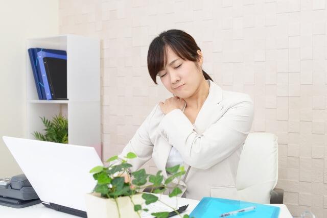 残業で疲れた女性