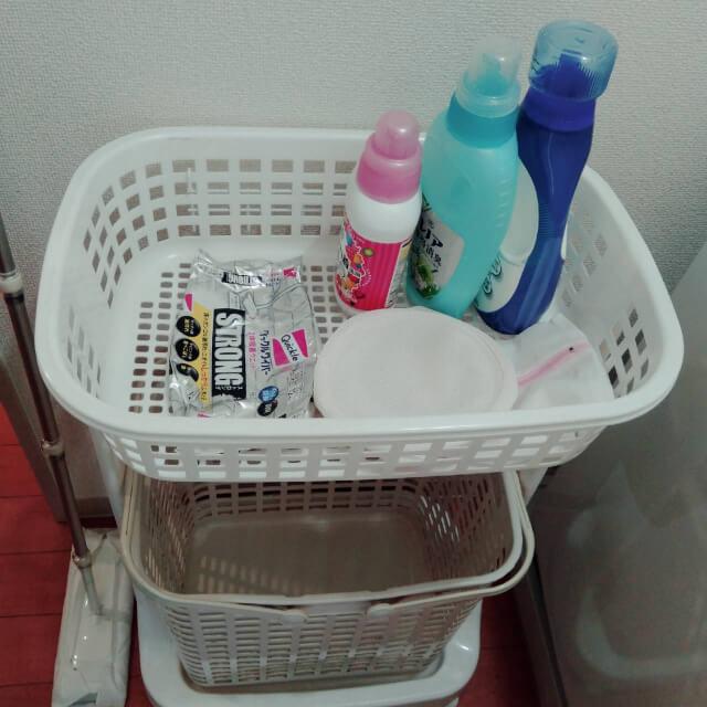 洗濯カゴに洗剤と洗濯ネットを配置