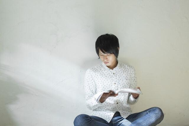気になるチラシを読む男性