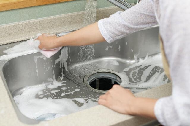 シンクを洗う女性
