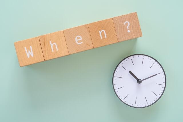時計を気にしながらタイミングを待つ画像