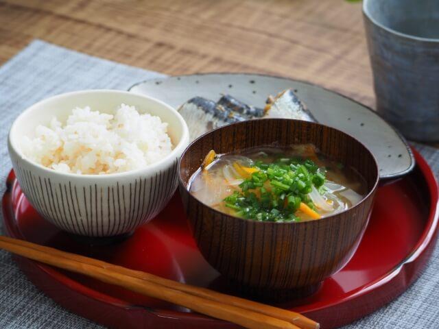 味噌汁とご飯の写真