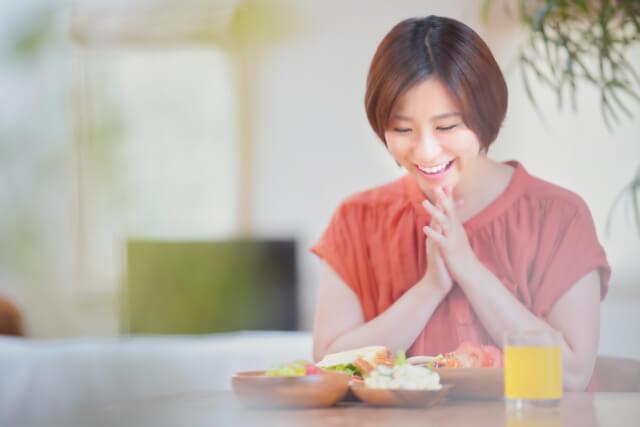美味しい食事に喜ぶ女性
